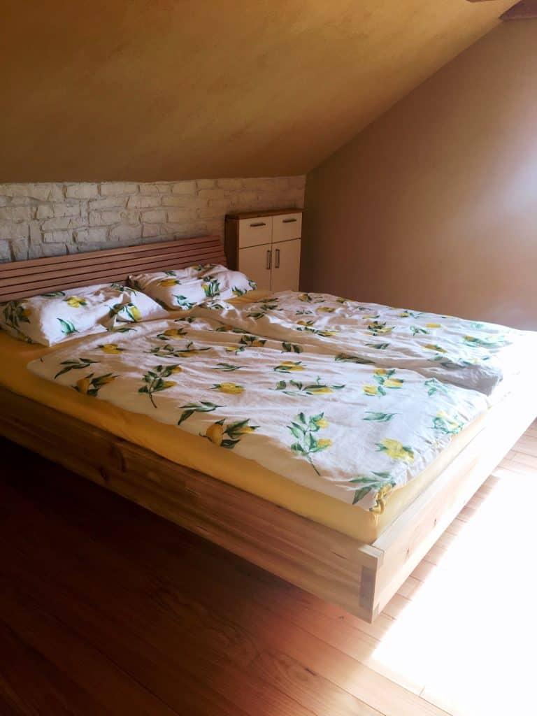 Maßgefertigtes Bett in Massivholz Lärche